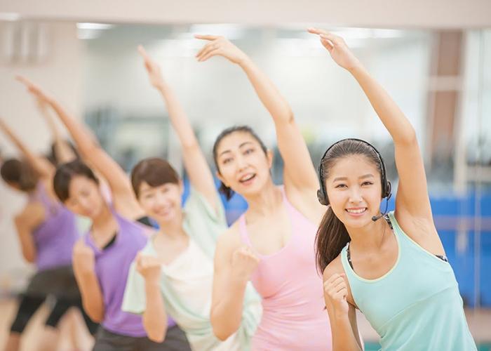 運動中の女性達とトレーナー