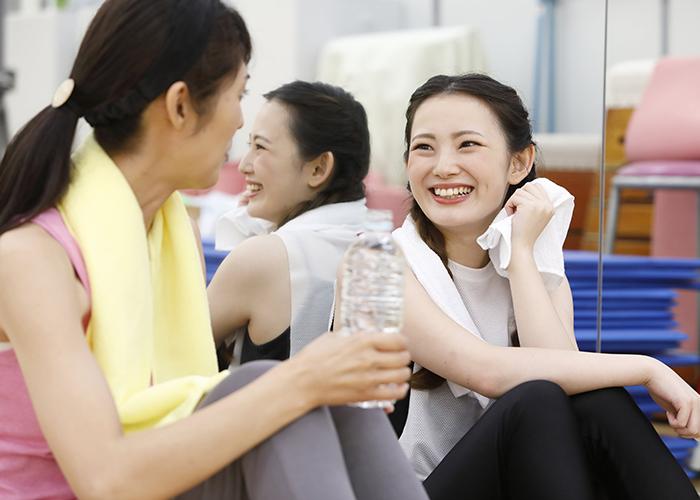 運動の合間に談笑する女性