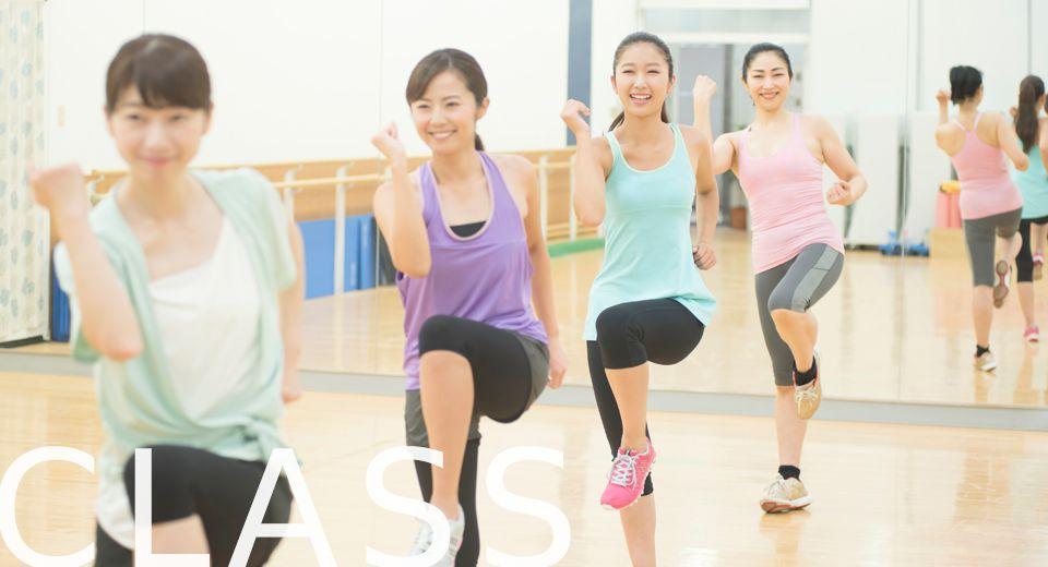 笑顔で運動中の女性達